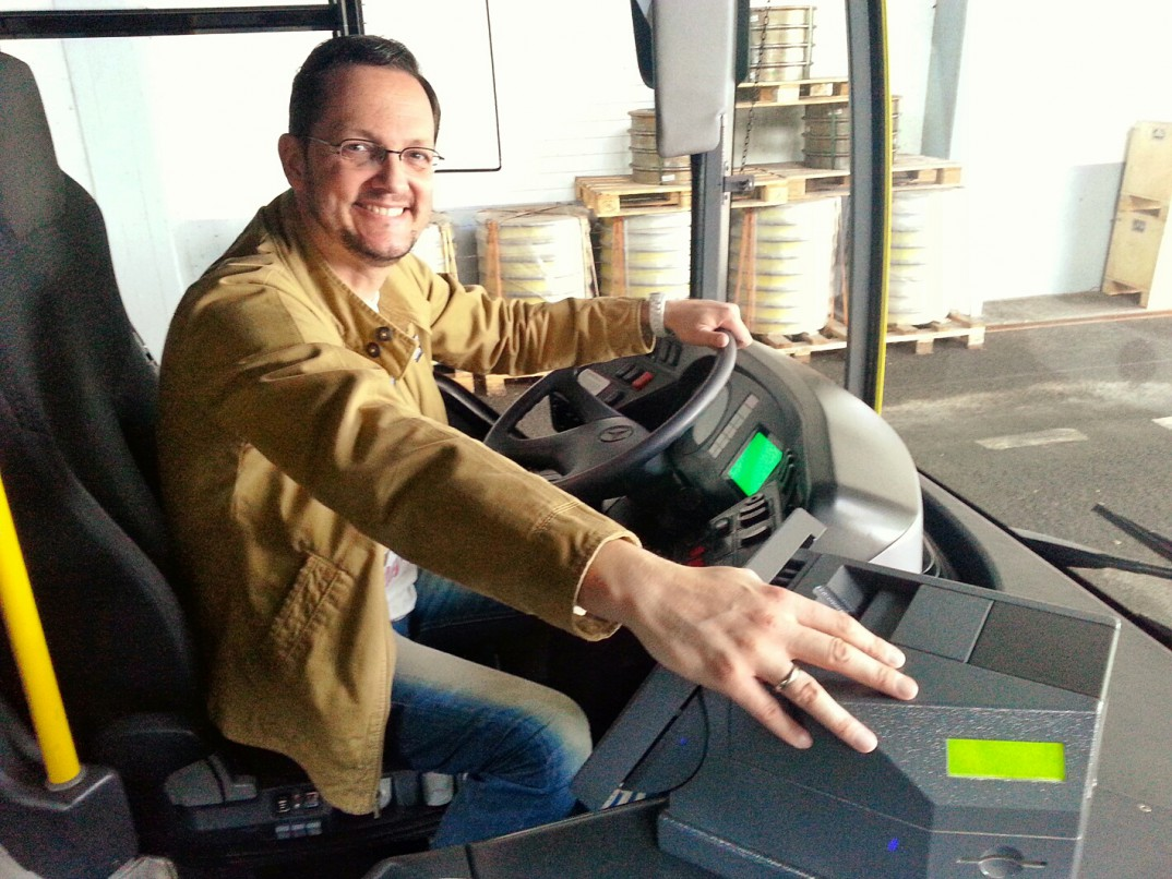 Blog-Autor Thorsten Schlautmann mit der Hand auf der I-Box. Hier kann der Fahrer erkennen, ob er pünktlich, zu früh oder zu spät unterwegs ist.