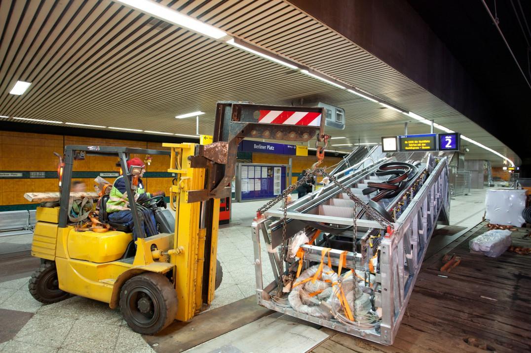 Am Berliner Platz wird die neue Fahrtreppe mit einer Lore durch den Tunnel transportiert.