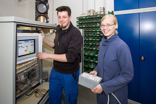 Die Auszubildenden Pia Bösebeck und Marc Pache haben eine mobile Fahrsignalanlage gebaut.