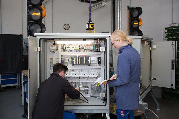 Die praktische Arbeit an der mobilen Fahrsignalanlage kam den Azubis Pia Bösebeck und Marc Pasche während ihrer Ausbildung zugute.