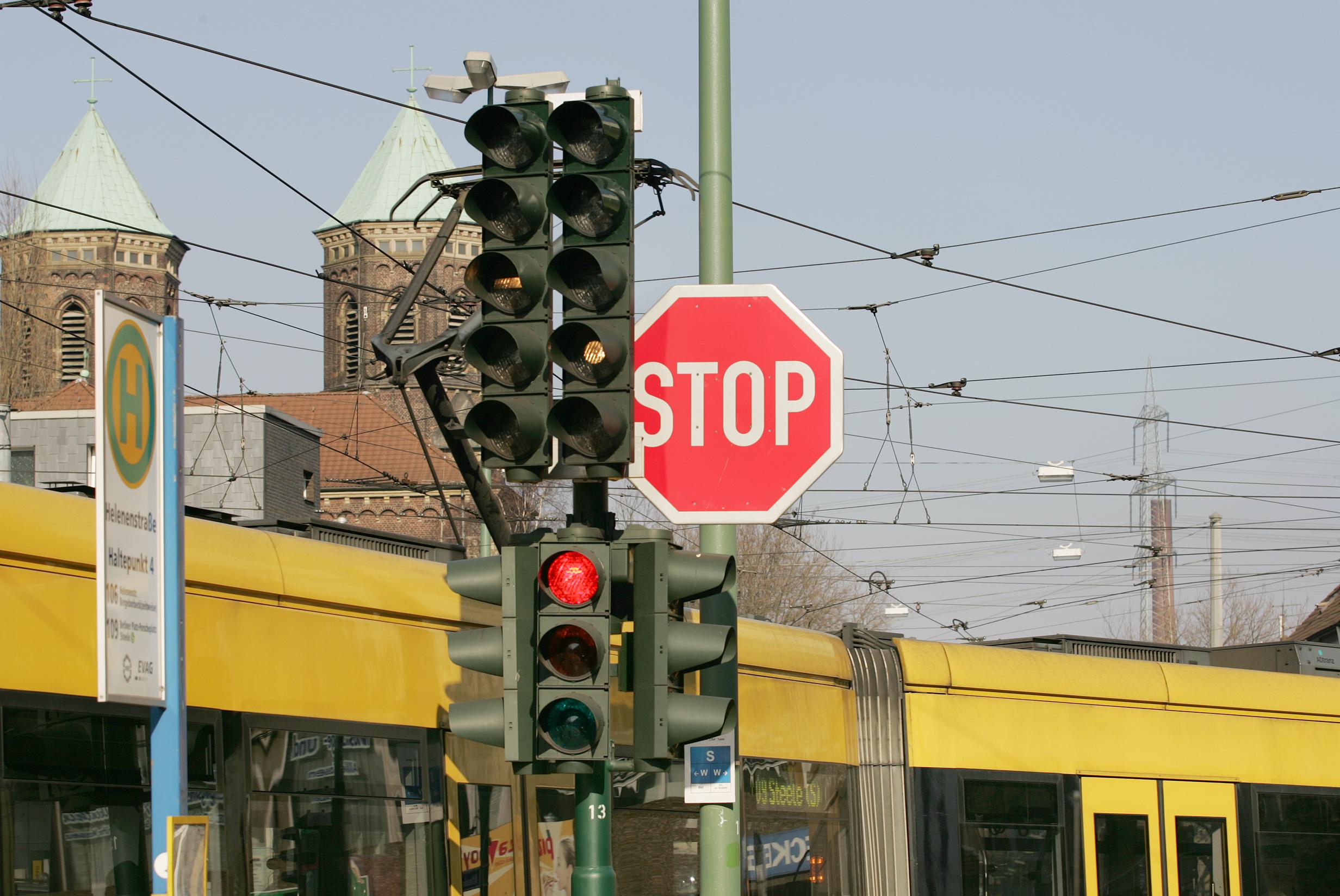 Die Lichtsignalanlagen an der Helenenstrasse wurden optimiert und die Wartezeiten verringert.