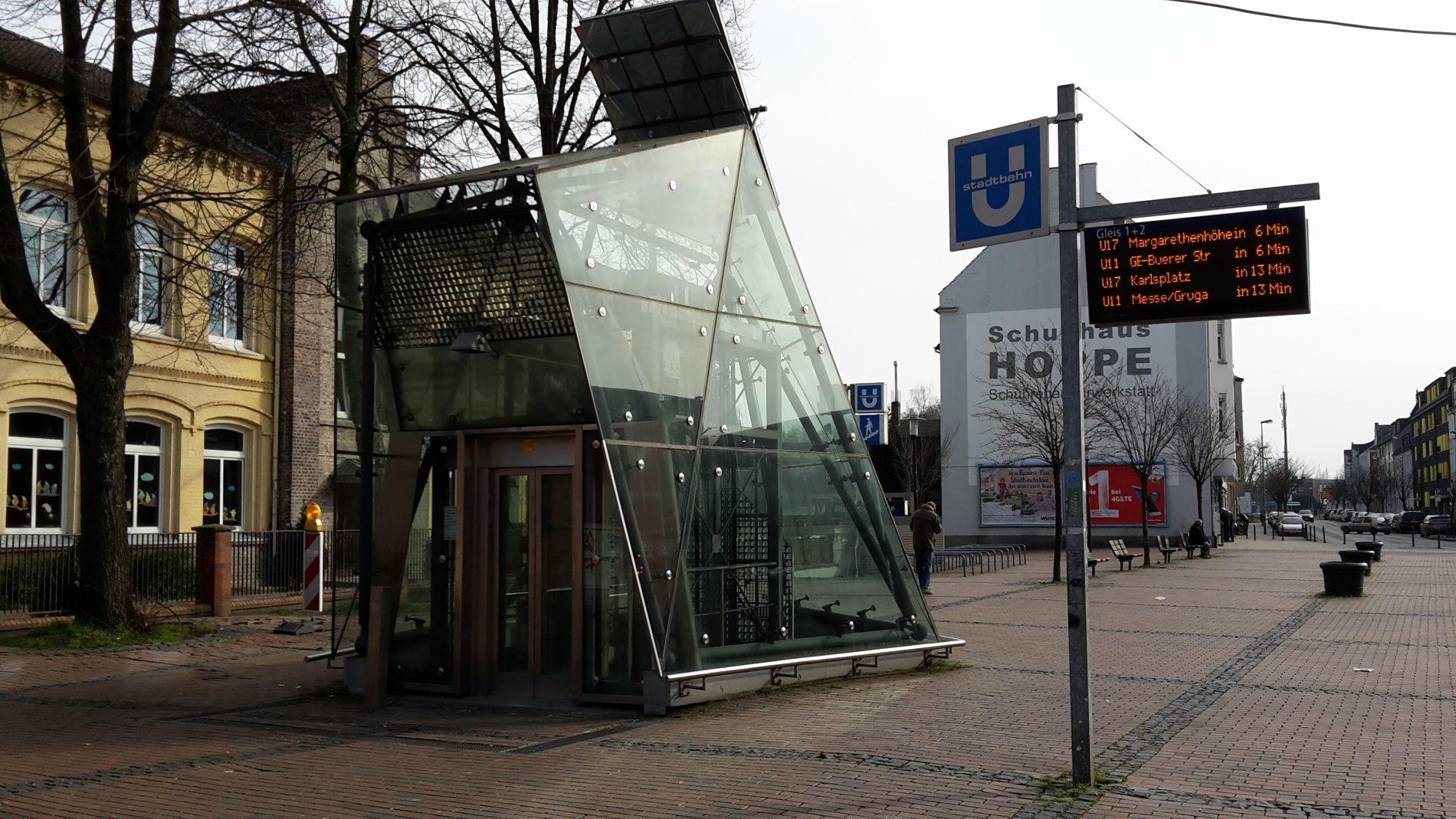 Die Glasscheiben vieler Aufzüge sind Einzelanfertigungen – wie hier beim Aufzug in Altenessen Mitte. Die Lieferung der Ersatzteile dauert deshalb meist sehr lange.
