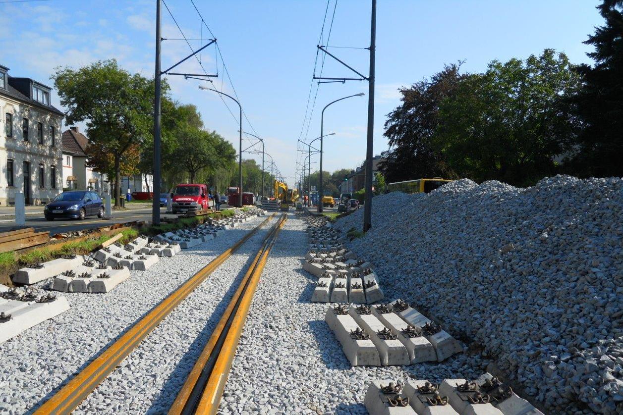 Gleisauswechslung in schwer: für ein Gleisjoch benötigt man 27 Betonschwellen