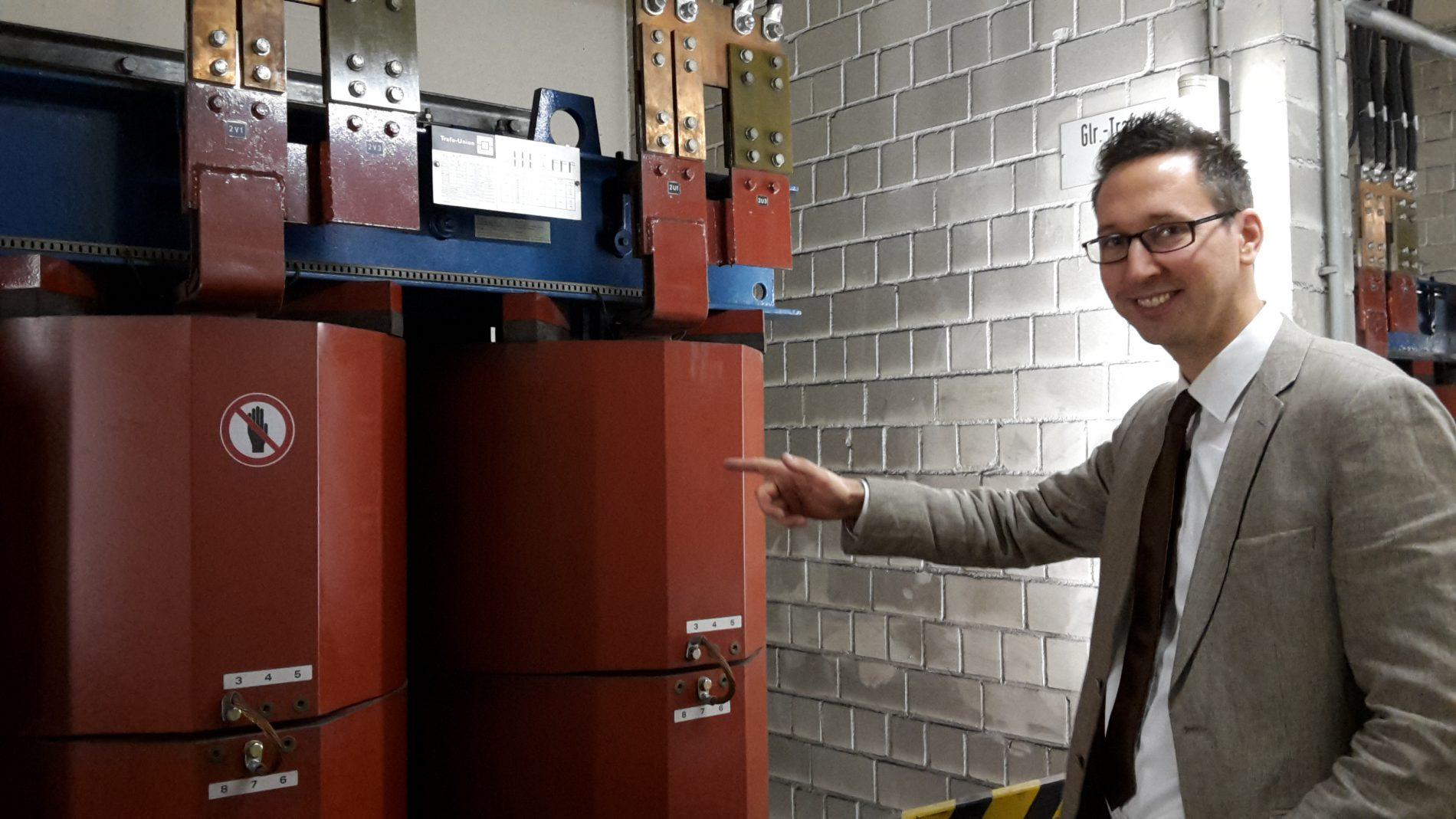 Sebastian Brandenbusch zeigt mir die Transformatoren im Unterwerk an der Martinstraße.
