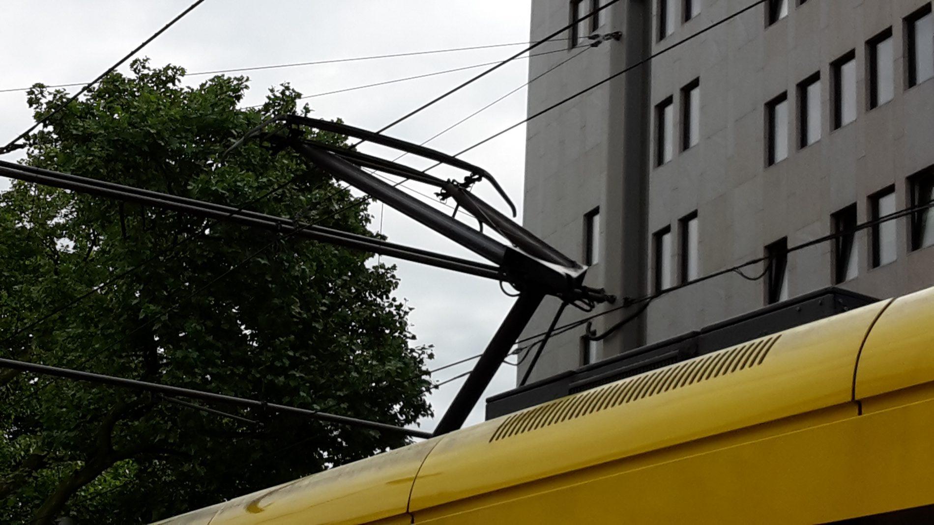 Der Stromabnehmer überträgt den Strom von der Oberleitung in das Fahrzeug.