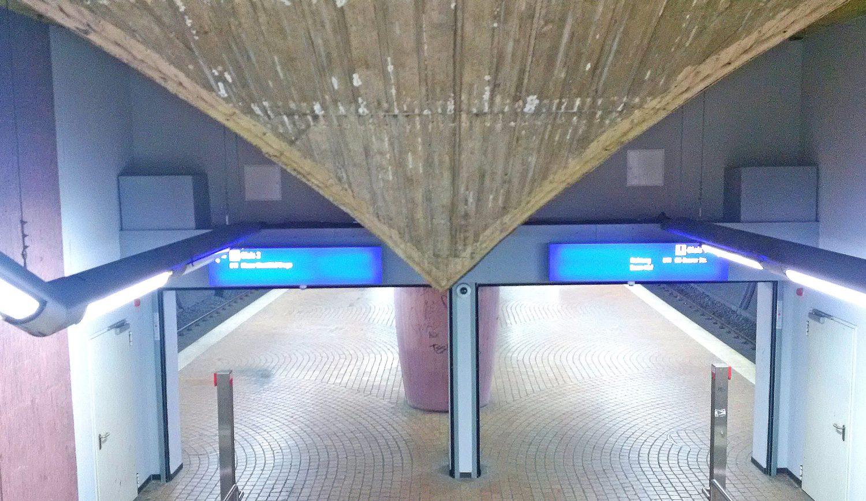 Brandschutztor im U-Bahnhof. Gut zu erkennen sind links u d rechts unten im Bild die Umgehungstüren.