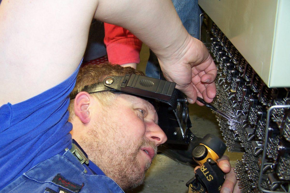 Aufgrund der komplexen Technik und der großen Verantwortung dürfen nur speziell ausgebildete Techniker im Stellwerk arbeiten. Ganze fünf Jahre dauert so eine Ausbildung.