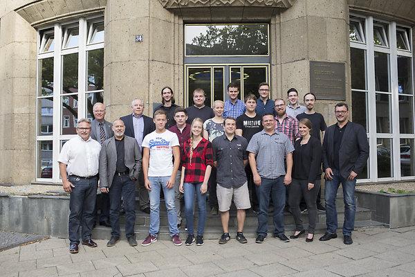 Einmal alle gemeinsam - vor dem EVAG-Erzhof. Das Ausbildungsjahr 2016.